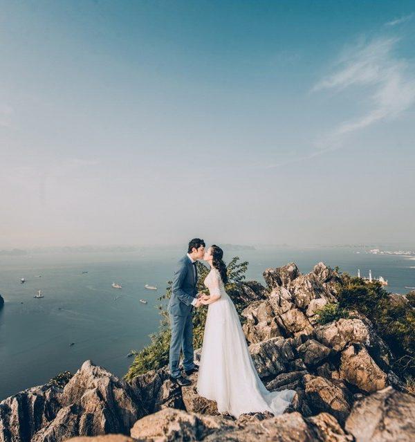 Chiêm ngưỡng vẻ đẹp núi Bài Thơ trong lòng vịnh Hạ Long
