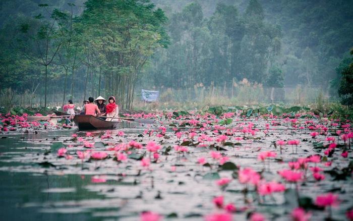 Du khách trẩy hội chùa Hương những ngày đầu năm