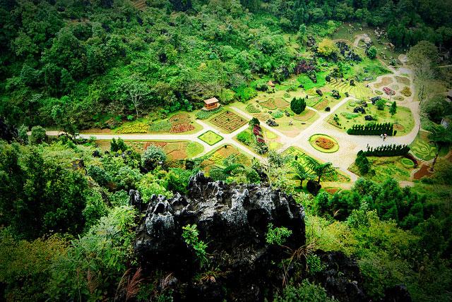 Từ đỉnh núi Hàm Rồng nhìn xuống khung cảnh Sapa
