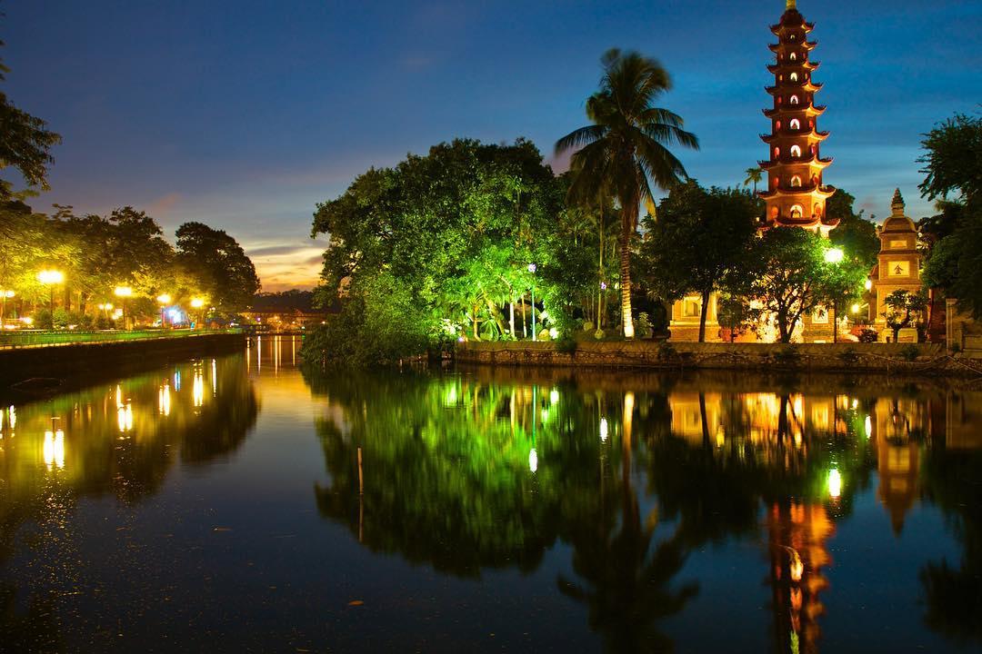 Vẻ đẹp chùa Trấn Quốc về đêm