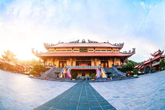 Khung cảnh tráng lệ chùa Ba Vàng