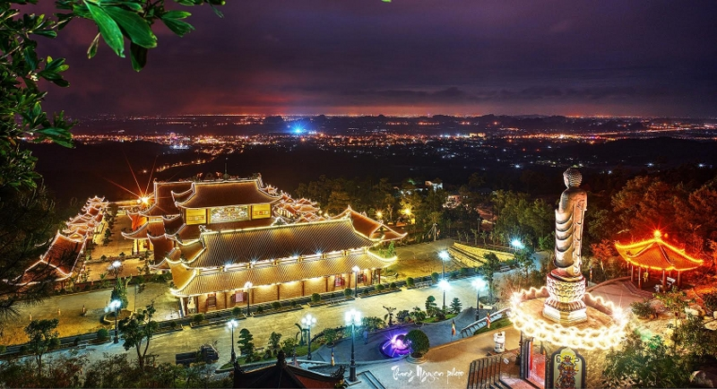 Ngắm chùa Ba Vàng rực rỡ như chốn bồng lai tiên cảnh về đêm