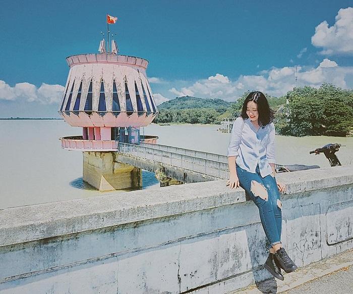 Chụp ảnh check - in tại hồ Dầu Tiếng