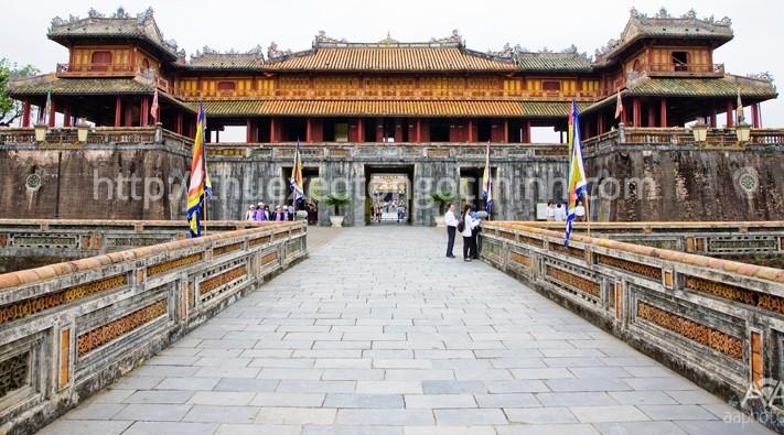 Cho thuê xe Limousine 9 chỗ đi Huế giá trọn gói tại Hà Nội