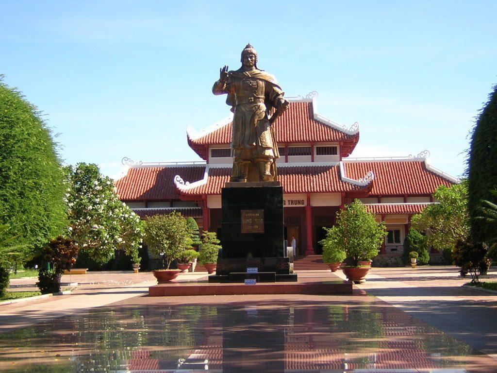 Thuê xe đi Nghệ An – Thăm viếng đền thờ vua Quang Trung